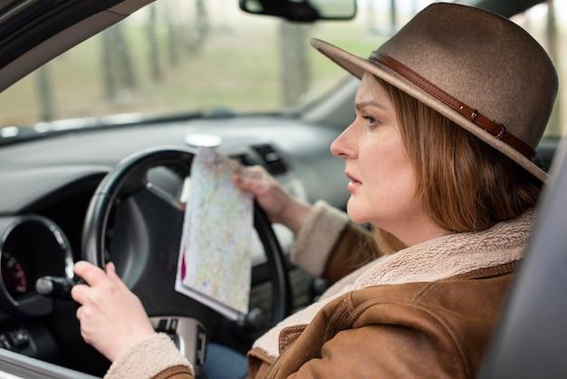 Mujer conduciendo coche de cerca