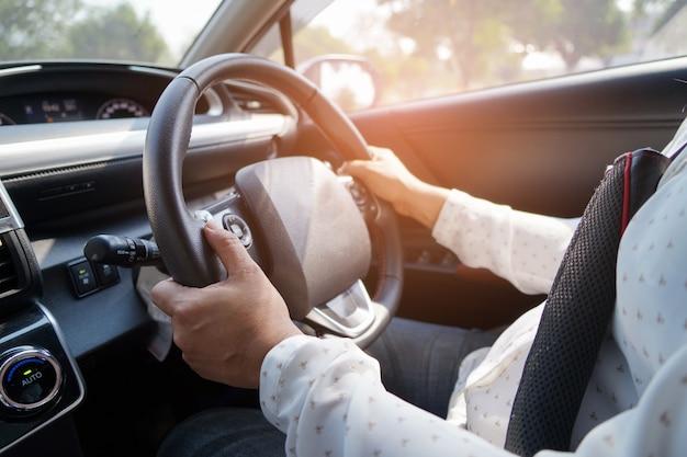 Mujer conduciendo coche en disfrutar de la vida de jubilación de vacaciones.