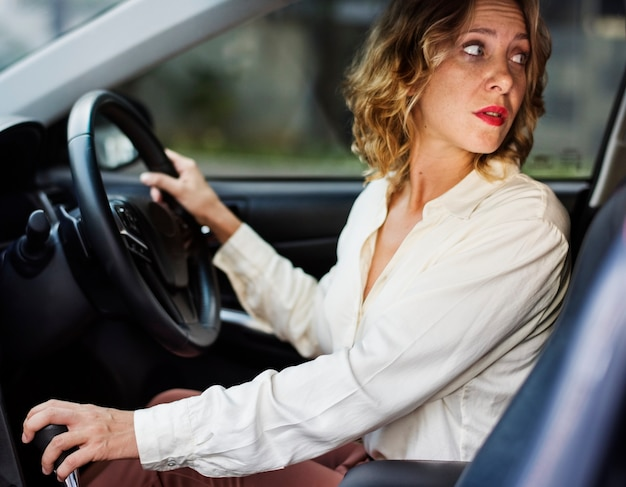 Mujer conduciendo un coche en reversa