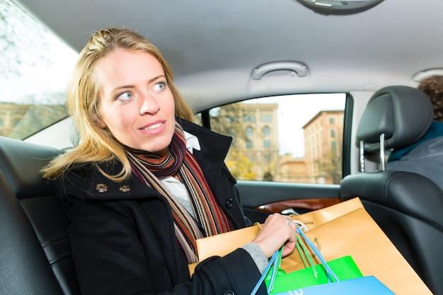 Mujer conduciendo en taxi, ella estaba de compras