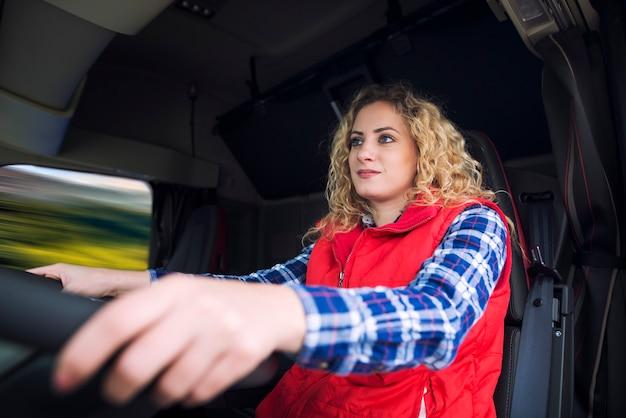 Mujer conduciendo vehículo camión