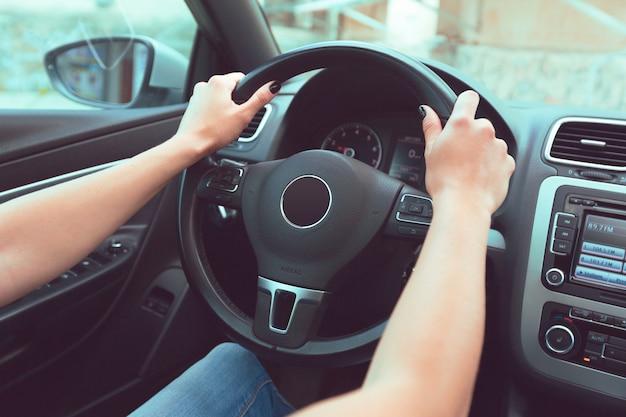 Mujer conductora conduciendo un coche