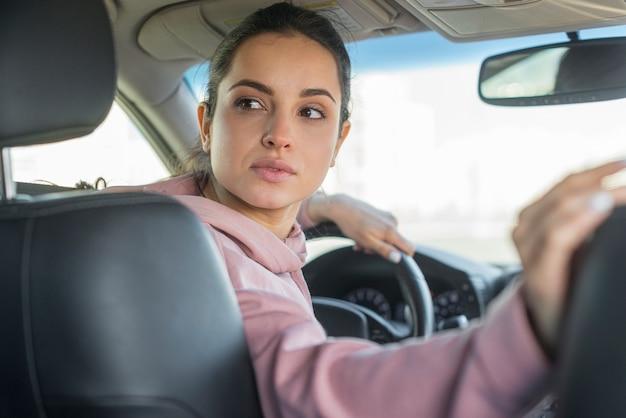 Mujer conductora yendo en reversa
