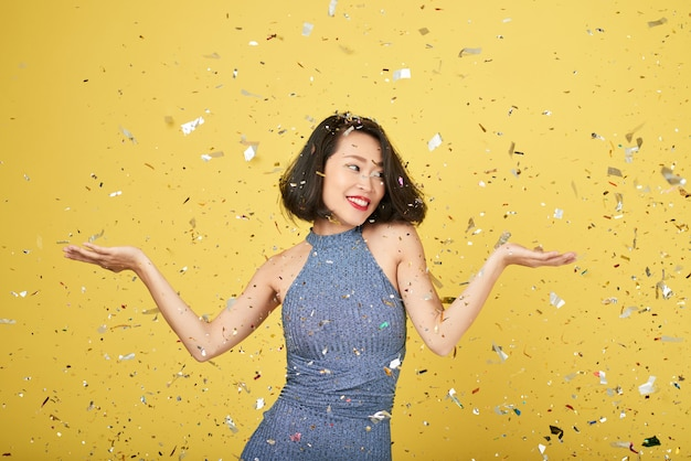 Mujer en confeti brillante