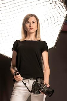Mujer confidente de la visión baja que sostiene la cámara