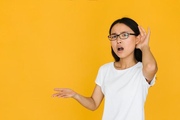 Mujer confundida que no escucha con copia espacio