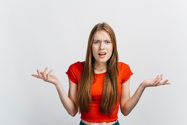 Mujer confundida que no parece feliz