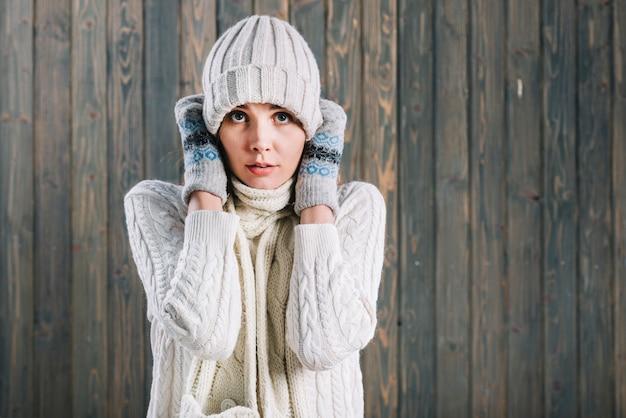 Mujer congelada en suéter ligero.