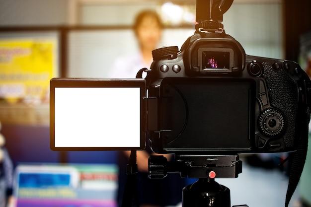 Mujer en conjunto cámara de video, entrevistas de videocámara, operador que trabaja para el altavoz de registro