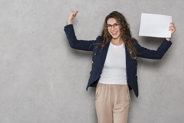 La mujer consiguió el trabajo después de la entrevista.