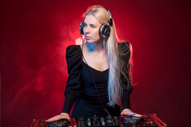Mujer en la consola de dj