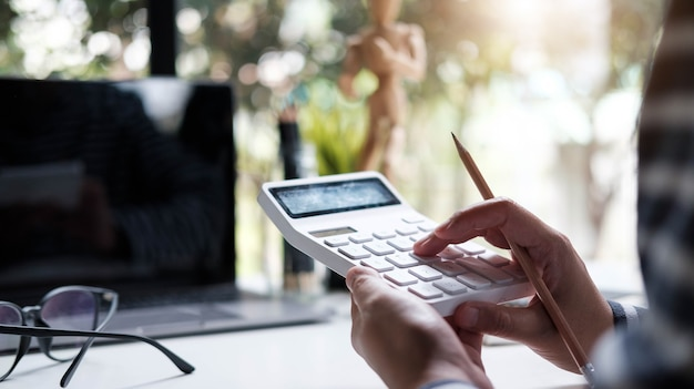 Mujer contable o banquero con calculadora en oficina retro.
