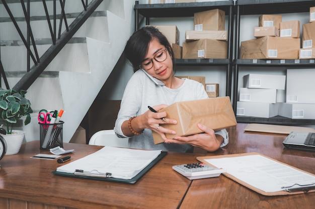 Mujer contando con paquete en un estante