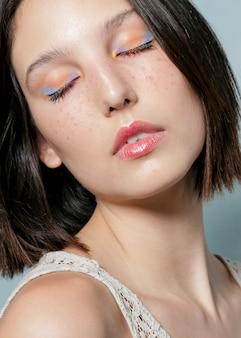 Mujer contemplativa posando con los ojos cerrados.