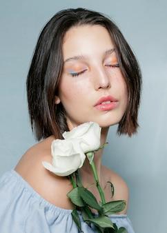 Mujer contemplativa posando con rosas