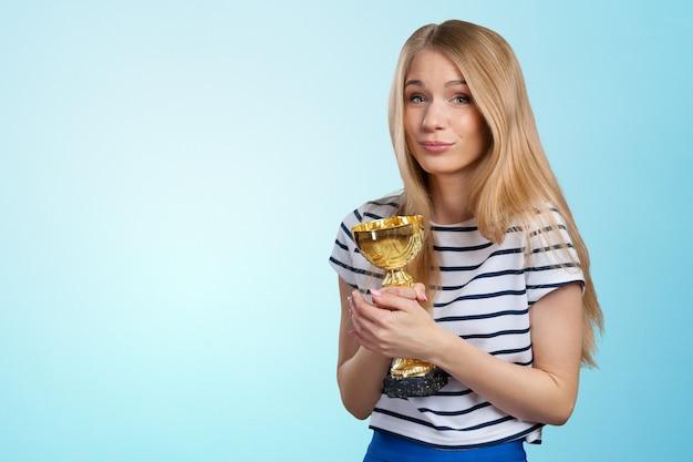 Mujer con una copa de oro