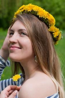 Una mujer con una corona en la cabeza