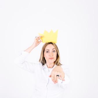 `mujer en corona ofreciendo mano para besar