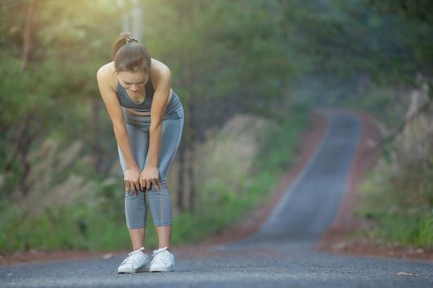 Mujer corredor sostenga dolor de rodilla