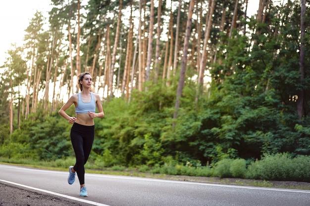 Mujer corriendo al aire libre