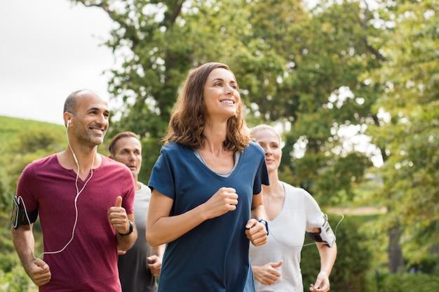 Mujer corriendo con amigos