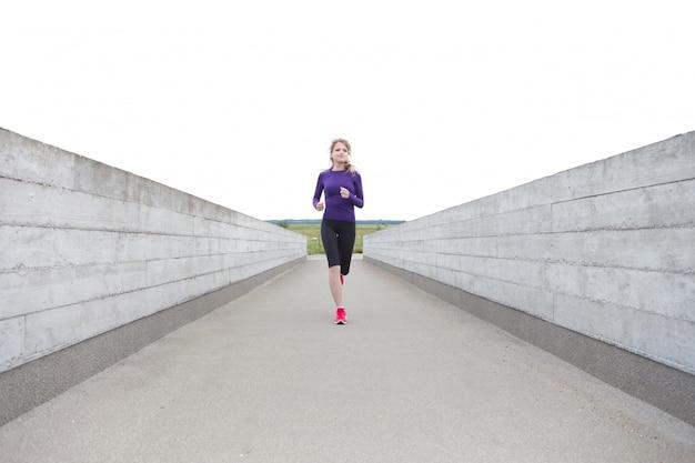 Mujer corriendo en el edificio de 8 casas en copenhague - dk