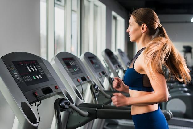 Mujer corriendo en gimnasio
