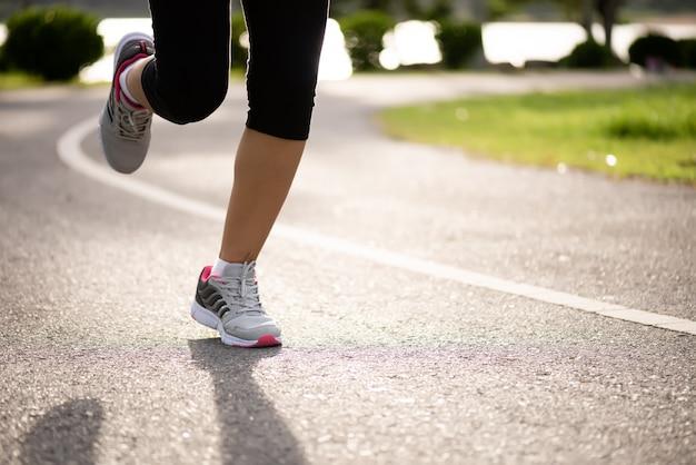 Mujer corriendo hacia el lado de la carretera