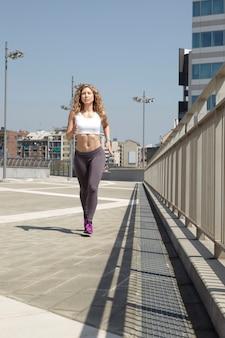 Mujer corriendo en milán