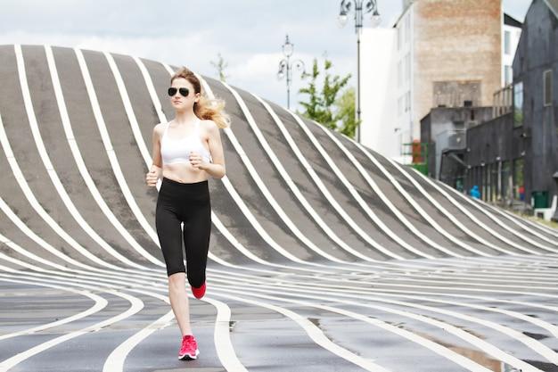 Mujer corriendo en el parque superkilen en copenhague