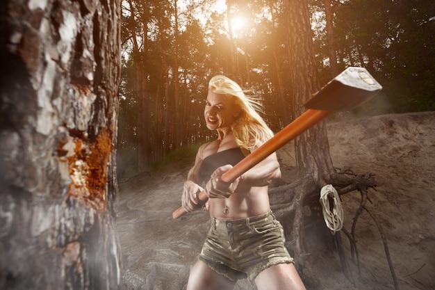Mujer cortando un árbol con un hacha