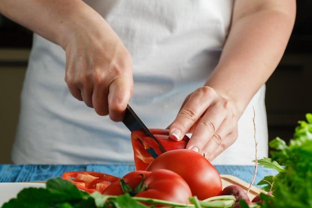 Mujer cortando verduras