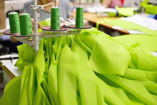 Mujer cose en la máquina de coser