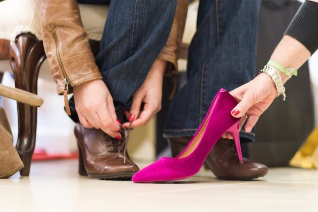 Mujer de la cosecha probando nuevos zapatos en