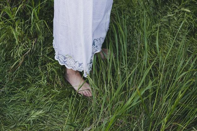 Mujer de la cosecha que se coloca en hierba
