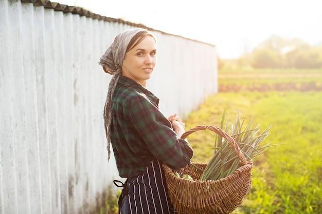 Mujer cosechando verduras