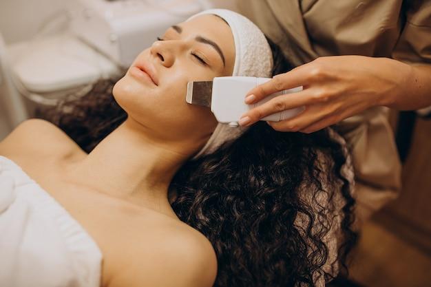 Mujer en cosmetóloga haciendo procedimientos de belleza