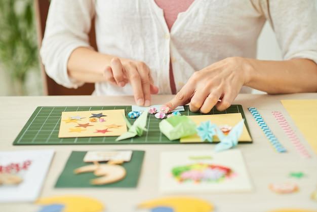 Mujer creativa haciendo tarjetas de felicitación