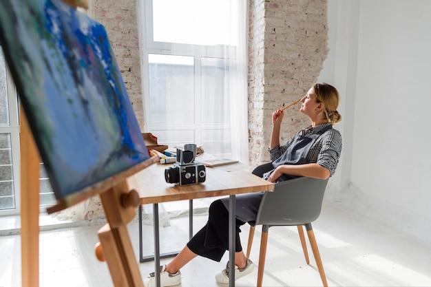 Mujer creativa pensando en estudio