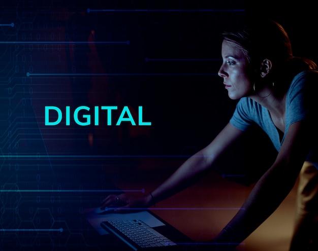 Mujer creativa trabajando en una computadora