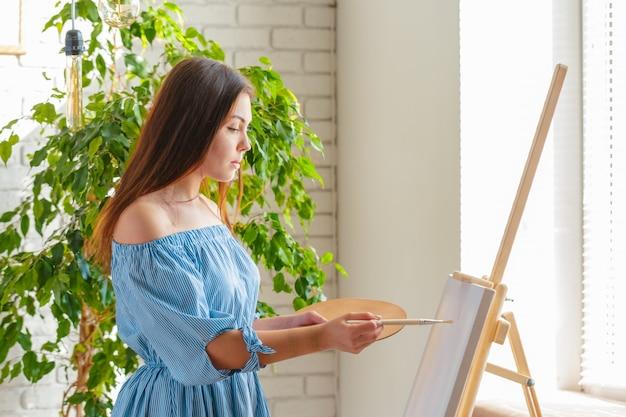 Mujer creativa trabajando en estudio de arte