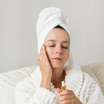 Mujer con crema hidratante para la piel