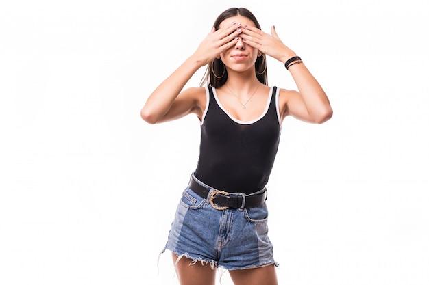 Mujer cubriendo sus ojos con ambas manos aisladas
