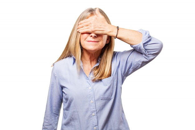Mujer cubriéndose los ojos