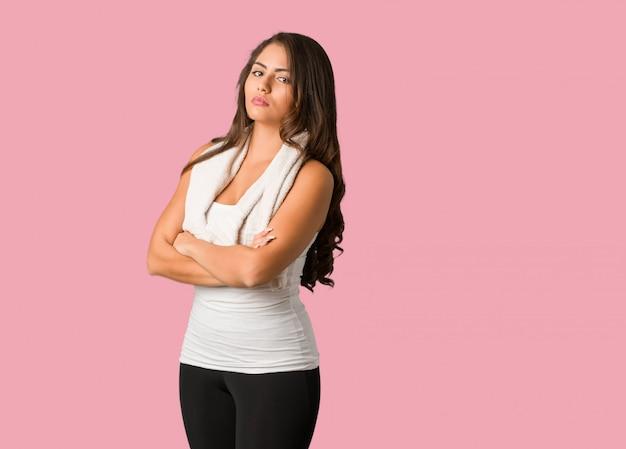 Mujer de cuerpo completo de fitness joven con curvas mirando hacia adelante