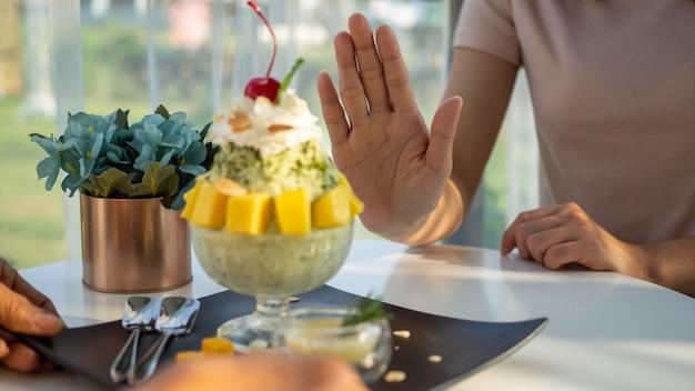 La mujer cuida la salud y controla los alimentos.