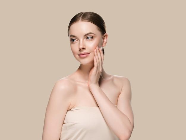 Mujer de cuidado de la piel con el concepto de la edad cosmética del primer de la piel del retrato de las manos. fondo de color marrón