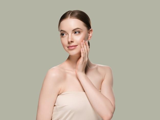 Mujer de cuidado de la piel con el concepto de la edad cosmética del primer de la piel del retrato de las manos. fondo de color verde