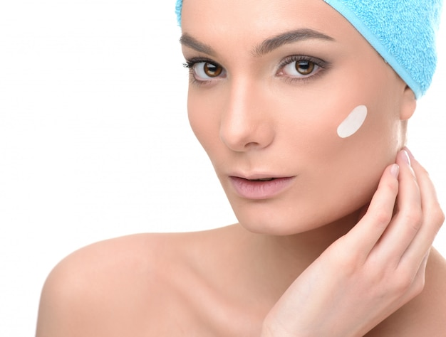 Mujer de cuidado de spa con piel perfecta con toalla para el cabello después del tratamiento de belleza