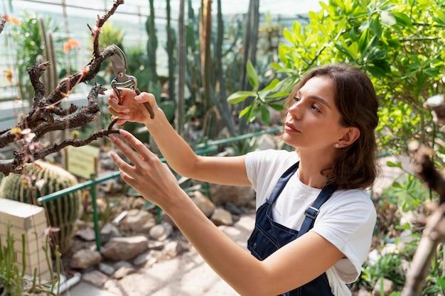 Mujer cuidando bien sus plantas